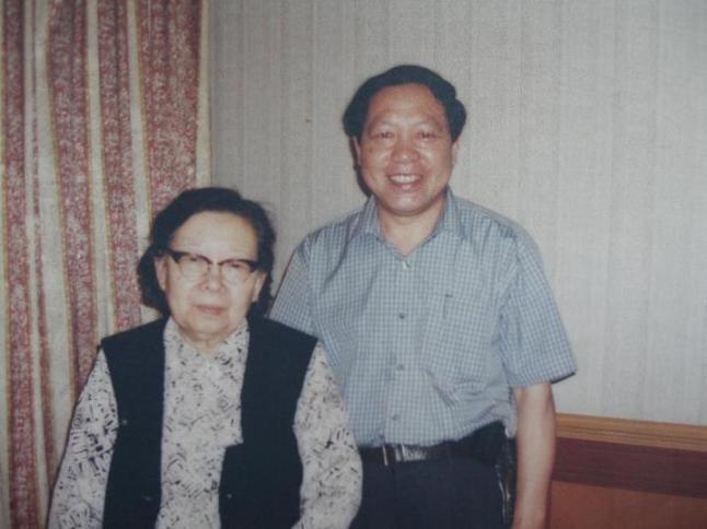 原国家主席李先念夫人林佳楣与董事长,总经理袁崇国合影图片